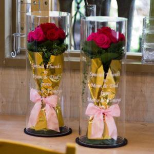 アクリルケースに入ったプリザーブドフラワーの花束、結婚祝いや贈呈プレゼントに